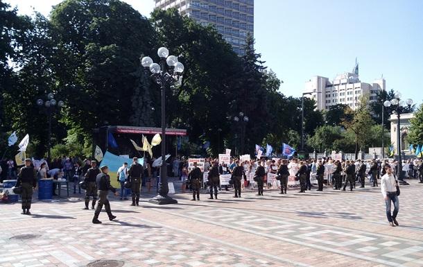 Под Радой с утра собрались десятки митингующих