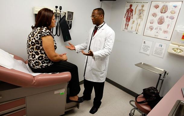 Медики впервые вернули подвижность ног парализованным людям без операции