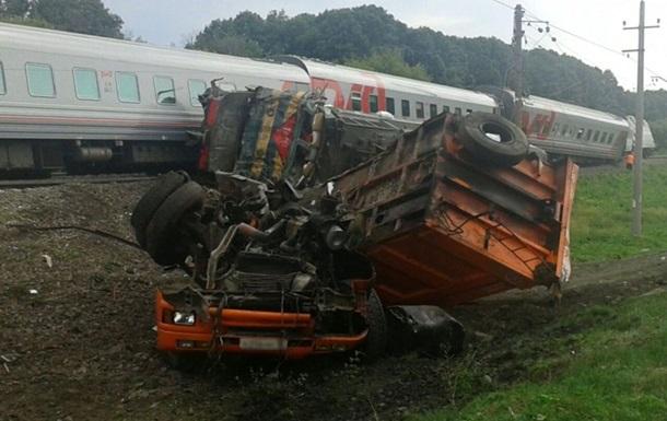 В России пассажирский поезд столкнулся на переезде с КамАЗом