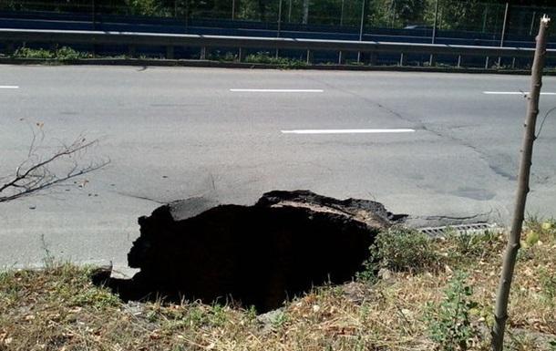 В Киеве на Борщаговской провалилась дорога