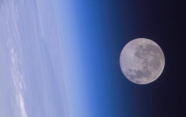 NASA показало редкое фото МКС на фоне Луны