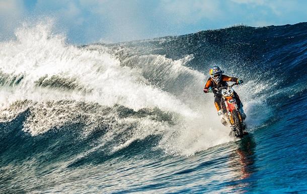 Как по суше: австралийский каскадер проехался по волнам на мотоцикле