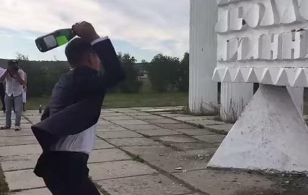 Провал дня: ролик об отомстившей молодоженам стеле в Якутске стал хитом