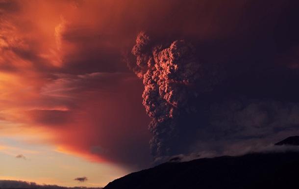 Фотограф показал извержение вулкана в деталях: видеохит