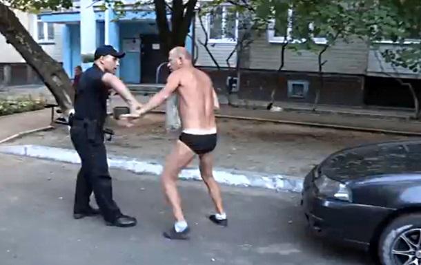 В Киеве мужчина в трусах напал на патрульных полицейских