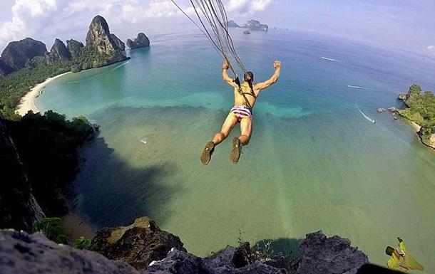 Экстремал приколол парашют крюками к спине и прыгнул с 115-метрового обрыва