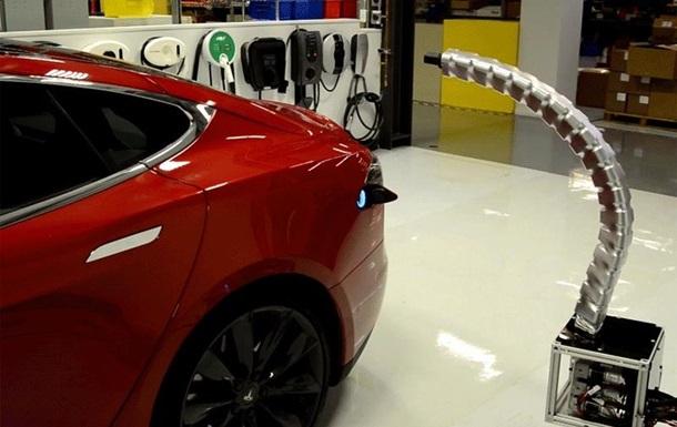 Змееподобный заправщик Tesla стал поводом для шуток в сети