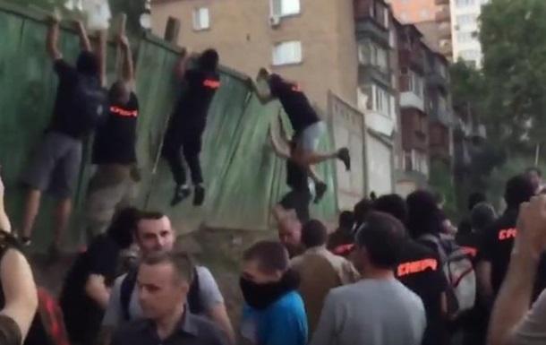 В Киеве активисты травмировали двух милиционеров