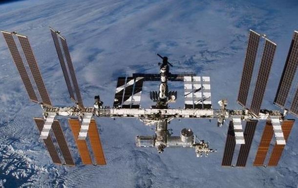 Космонавты впервые почистили иллюминаторы на МКС
