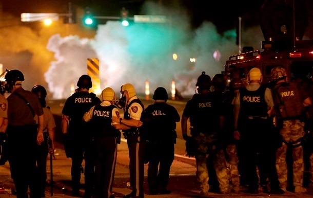 В связи с беспорядками в Фергюсоне объявлено чрезвычайное положение