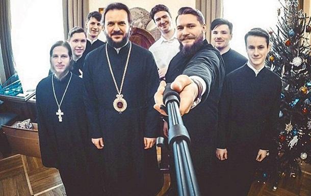 Чиновников Ленинградской области РФ хотят обязать иметь палки для селфи
