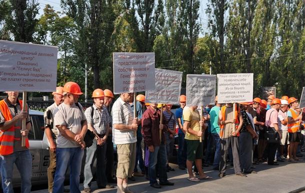 В Киеве строители пикетируют гостиницу Хилтон