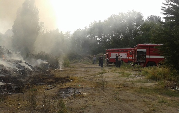 В Николаеве второй день горит мусор на судостроительном заводе