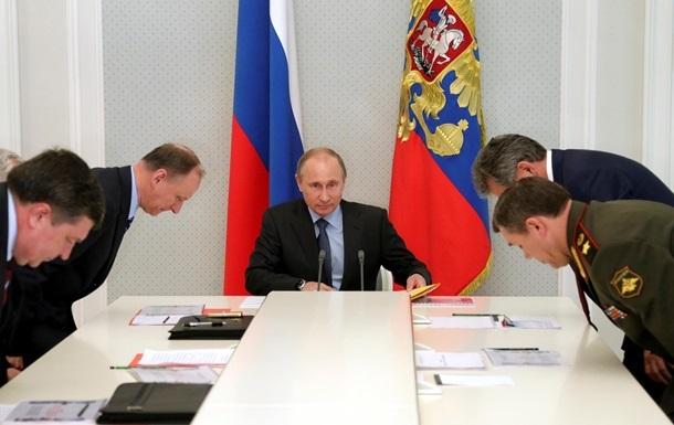 Путин обсудил обстрелы на Донбассе с Совбезом России
