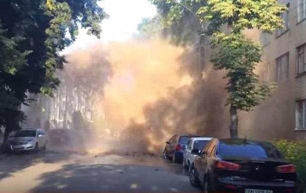 Поврежденные машины и выбитые окна: в Сумах прорвало трубопровод