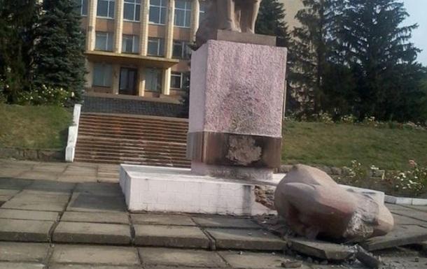 В Херсонской области снесли памятник Ленину