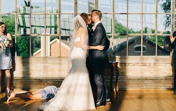 Фотобомба: Свадебный снимок стал хитом соцсетей