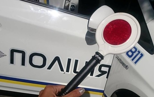 Киевским полицейским выдали новые жезлы