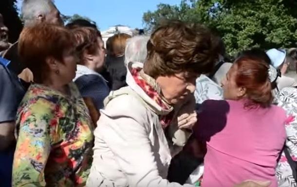 В Санкт-Петербурге люди подрались в очереди за бесплатными яблоками