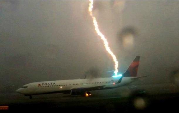Пассажир случайно  словил  момент попадания молнии в самолет