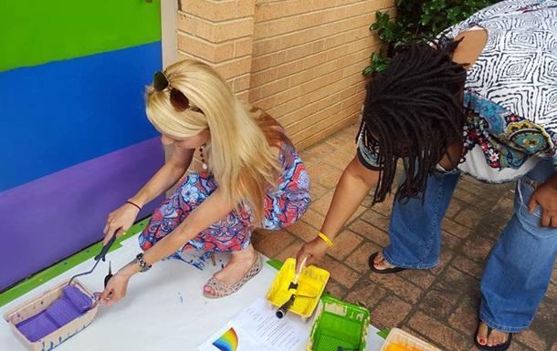 В США церковь покрасили в цвета ЛГБТ-флага