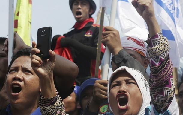 В Индонезии тысячи человек протестуют против возможных увольнений