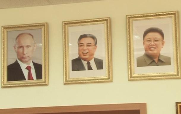 В школе России повесили портреты Путина и лидеров КНДР