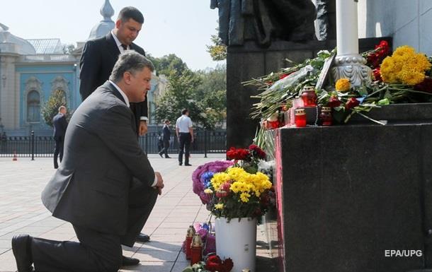 Порошенко наградил орденом  За мужество  погибших от гранаты под Радой