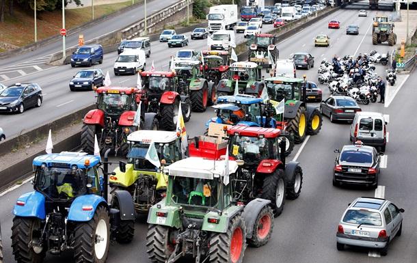 В Париже протестует колонна фермеров на тракторах