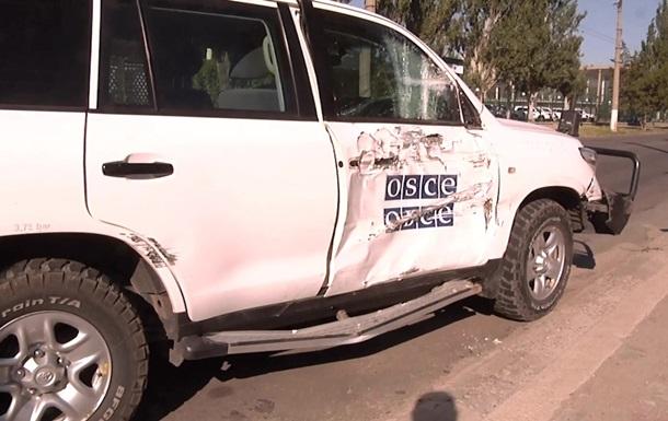 В Луганске автомобиль ОБСЕ столкнулся с троллейбусом