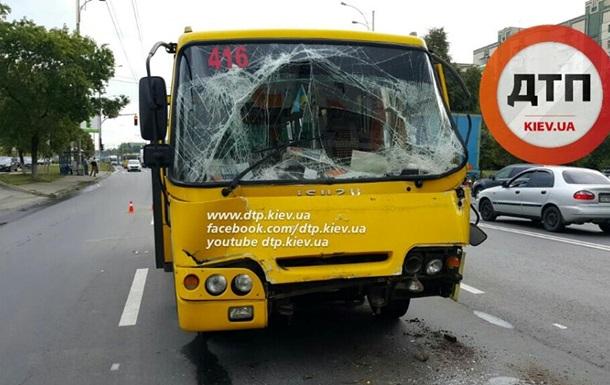 В Киеве маршрутка врезалась в грузовик, пострадали 10 человек