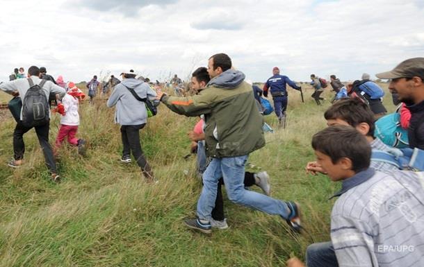 Венгерскую журналистку уволили из-за подножки сирийским мигрантам