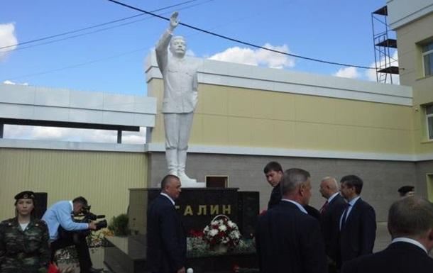 В России открыли трехметровый памятник Сталину