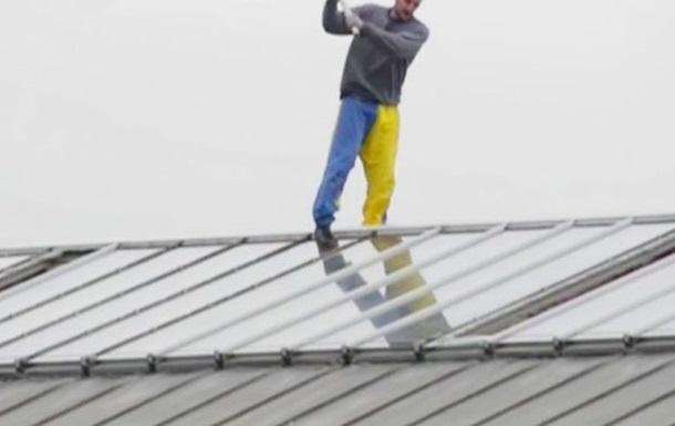 В Великобритании с крыши тюрьмы третий день не могут снять заключенного