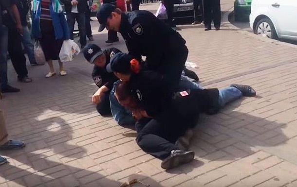 В центре Киева полиция уложила таксиста на асфальт