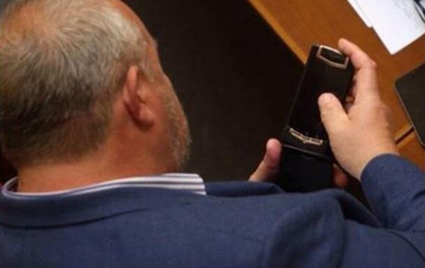 У депутата в Раде заметили телефон за 400 тысяч гривен