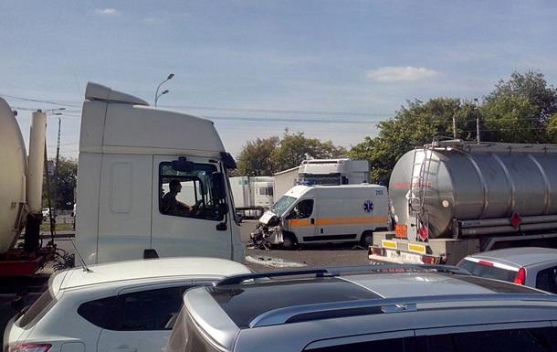 В Харькове столкнулись  скорая , маршрутка и фура