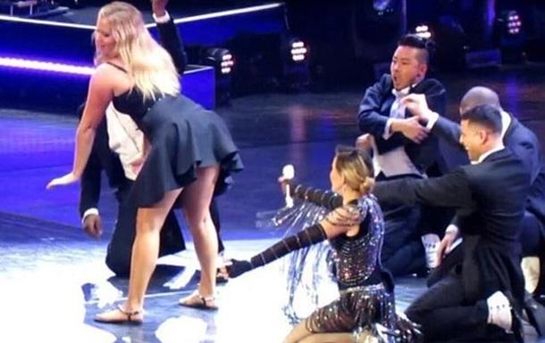 Мадонна отшлепала на сцене комедийную актрису