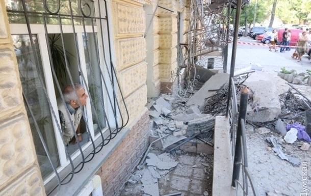 В Одессе под завалами балкона остается мужчина