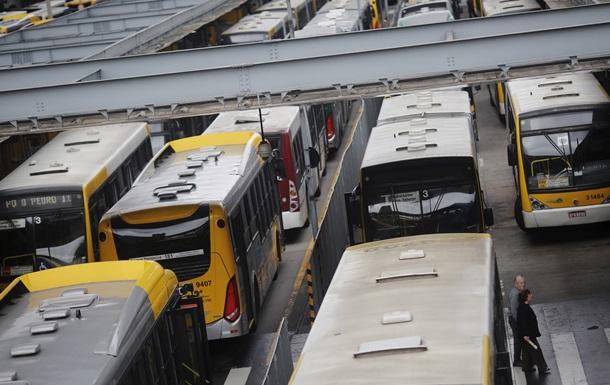Поджог автобусов. Бразильцы митинговали против сокращения маршрутов