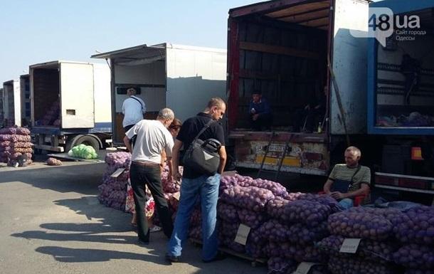 Из-за блокады Крыма фуры с овощами едут в Одессу