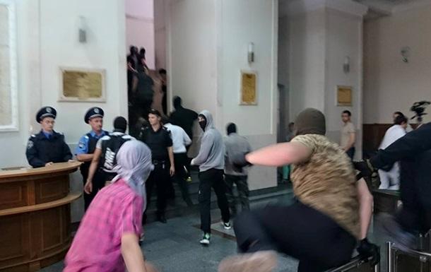 Люди в камуфляже и балаклавах штурмовали горсовет Харькова