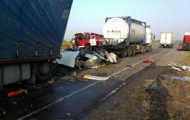 Под Днепропетровском столкнулись три грузовика: есть жертвы