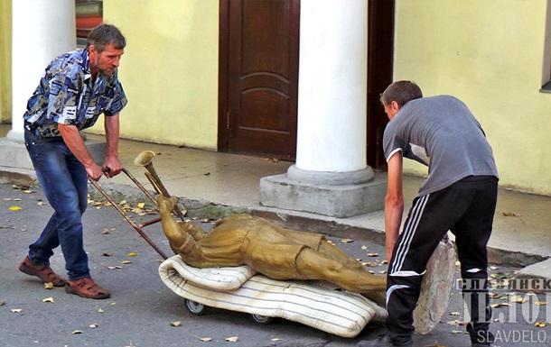 В Славянске снесли статуи пионеров