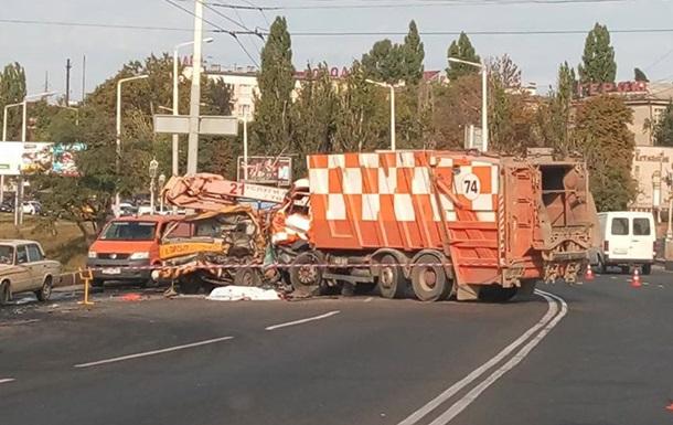 В Одессе мусоровоз раздавил автовышку, есть жертвы