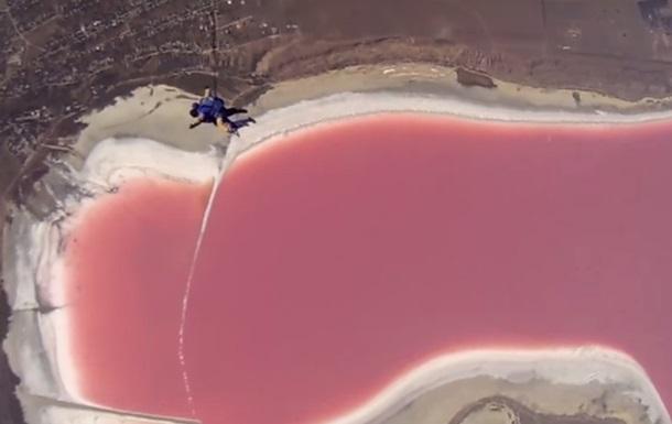 Вода в одесском Куяльнике стала ярко розовой