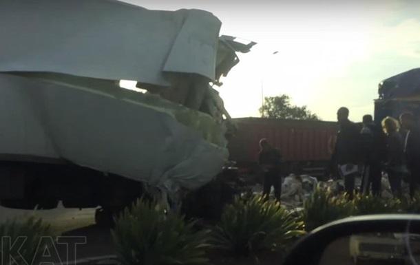 Под Одессой грузовик влетел в зерновоз и остался без кабины