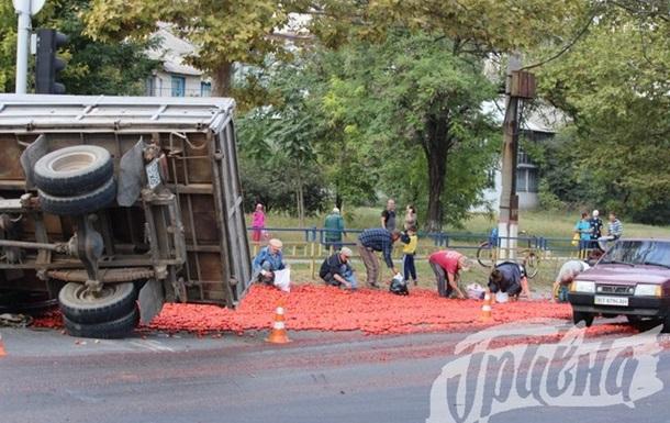 Херсонцы набросились на уцелевшие помидоры на месте ДТП