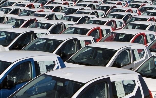 Продажи легковых авто в Украине упали более чем наполовину