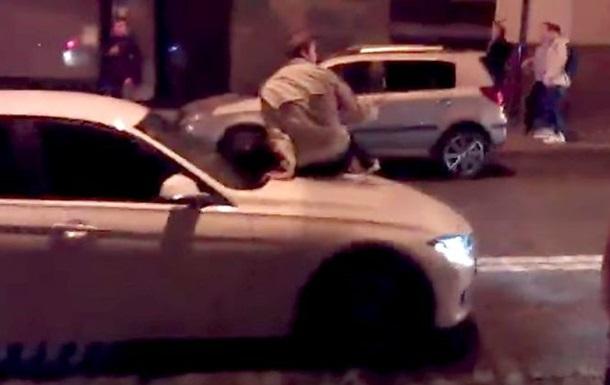 В Харькове водитель BMW прокатила на капоте пешехода